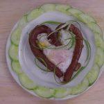 Trứng ốp la xúc xích hình trái tim