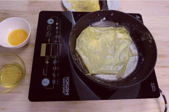 Cách tráng trứng mỏng cho bún thang hoặc trộn nộm