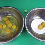 Thử chiêu tách lòng đỏ và lòng trắng trứng gà bằng chai nhựa