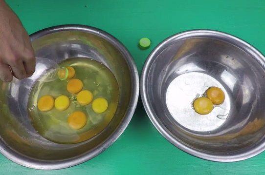 Tách lòng đỏ và lòng trắng trứng