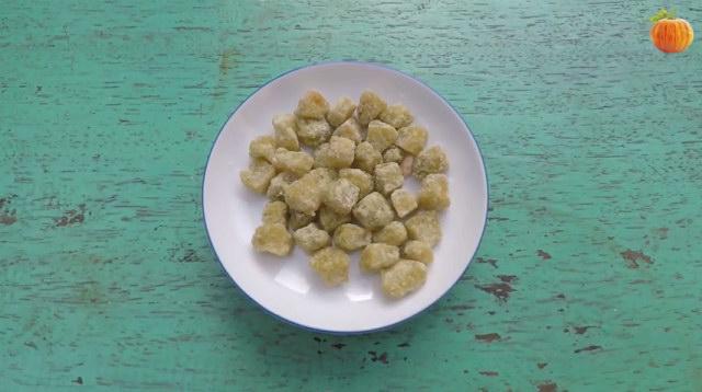 Cách làm mứt dừa viên màu lá dứa nếp xanh