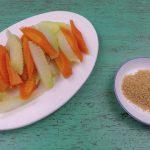 Cọng súp lơ, cà rốt luộc chấm muối vừng